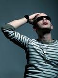 Uomo attraente con gli occhiali da sole Immagine Stock Libera da Diritti