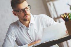 Uomo attraente con il documento Immagine Stock Libera da Diritti