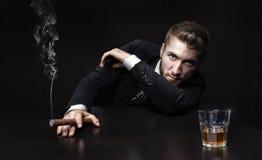 Uomo attraente di affari con la bevanda Fotografia Stock Libera da Diritti