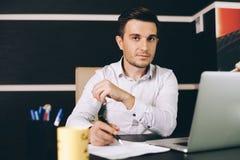 Abbigliamento Ufficio Uomo : Uomo di affari che sta davanti alla mappa di mondo immagine stock