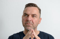 Uomo attraente di medio evo con le mani piegate Fotografie Stock Libere da Diritti