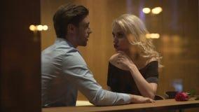 Uomo attraente e donna che si siedono in caffè e che discutono relazione, litigio video d archivio