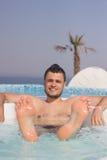 Uomo attraente nello stagno con un cocktail Fotografia Stock Libera da Diritti