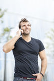 Uomo attraente sorridente che parla sul telefono. Immagine Stock Libera da Diritti