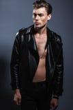 Uomo attraente in studio fotografie stock libere da diritti