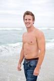 Uomo attraente sulla spiaggia Fotografia Stock Libera da Diritti