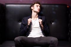 Uomo attraente in un randello Fotografie Stock Libere da Diritti