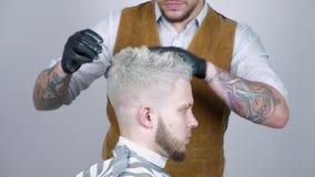 Uomo bagnato di hairstyling Chiuda su della testa del maschio di lavoro di parrucchiere del barbiere Taglio di capelli del barbie archivi video