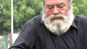 Uomo barbuto anziano ubriaco video d archivio