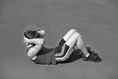 Uomo barbuto atletico con l'ente muscolare che fa gli esercizi per il abdo Fotografia Stock