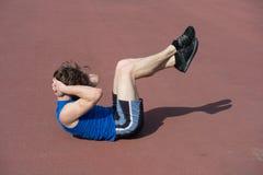 Uomo barbuto atletico con l'ente muscolare che fa gli esercizi per il abdo Immagini Stock Libere da Diritti
