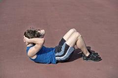 Uomo barbuto atletico con l'ente muscolare che fa gli esercizi per il abdo Immagine Stock Libera da Diritti