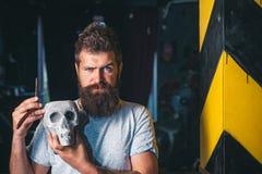 Uomo barbuto Barber Shop Studios Cera dei baffi barbershop Rendendo sembrare di taglio di capelli perfetto nel negozio di barbier immagine stock