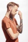 Uomo barbuto bello che posa sul bianco Immagini Stock Libere da Diritti
