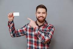 Uomo barbuto bello con il biglietto da visita del copyspace Fotografia Stock Libera da Diritti