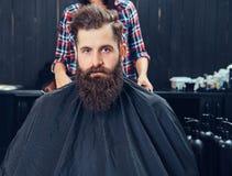 Uomo barbuto bello nel parrucchiere fotografia stock