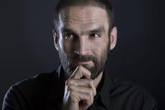 Uomo barbuto che sembra premuroso e riflettente Immagine Stock Libera da Diritti