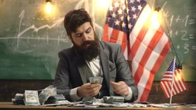 Uomo barbuto con i soldi del dollaro per il dono Riforma americana di istruzione a scuola Festa dell'indipendenza di U.S.A. Econo stock footage