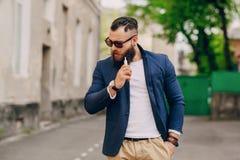 Uomo barbuto con la e-sigaretta Fotografia Stock Libera da Diritti