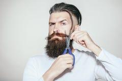 Uomo barbuto con le forbici Fotografia Stock Libera da Diritti