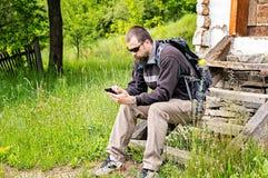 Uomo barbuto con Smartphone Immagini Stock