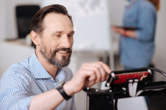 Uomo barbuto contentissimo che fa stampa 3d Immagini Stock Libere da Diritti