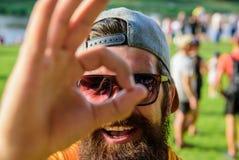 Uomo barbuto davanti al fondo della riva del fiume della folla Sia sicuro nelle vostre vacanze estive Festival di estate del bigl immagini stock libere da diritti