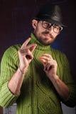 Uomo barbuto dei pantaloni a vita bassa nel cappello Fotografie Stock Libere da Diritti