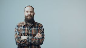 Uomo barbuto dei pantaloni a vita bassa sicuri archivi video