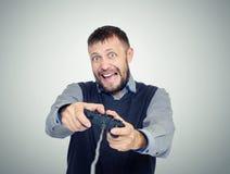 Uomo barbuto del ritratto con una leva di comando che gioca nel gioco Concetto del Gamer Fotografia Stock Libera da Diritti