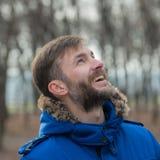 Uomo barbuto Uomo del ritratto osservare Nella sosta della città Fotografia Stock Libera da Diritti