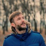 Uomo barbuto Uomo del ritratto osservare Nella sosta della città Fotografia Stock