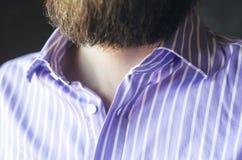 Uomo barbuto dentro in una camicia a strisce senza un legame immagini stock libere da diritti