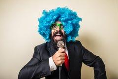Uomo barbuto divertente pazzo con la parrucca blu Fotografia Stock Libera da Diritti