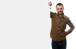 Uomo barbuto e bordo di pubblicità in bianco con lo spazio della copia Fotografia Stock