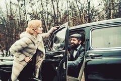 Uomo barbuto e donna sexy in pelliccia Coppie nell'amore alla data romantica Viaggio e viaggio di affari o escursione del legamen immagini stock