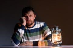 Uomo barbuto e una lampada di cherosene Fotografia Stock