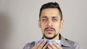 Uomo barbuto giovane di starnuto archivi video