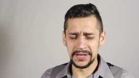 Uomo barbuto giovane di starnuto stock footage