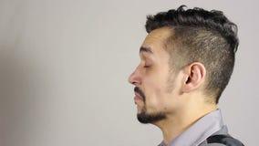 Uomo barbuto giovane di starnuto video d archivio