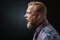 Uomo barbuto gridante fotografia stock
