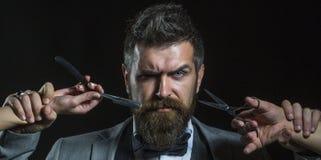 Uomo barbuto, maschio barbuto Uomo della barba del ritratto Forbici del barbiere e rasoio diritto, negozio di barbiere Parrucchie fotografia stock libera da diritti