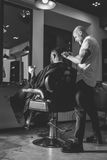 Uomo barbuto in parrucchiere fotografie stock