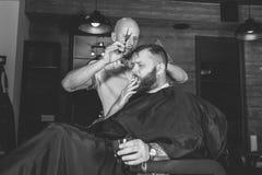 Uomo barbuto in parrucchiere fotografie stock libere da diritti