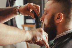 Uomo barbuto in parrucchiere fotografia stock libera da diritti