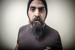 Uomo barbuto serio con il cappuccio Fotografia Stock