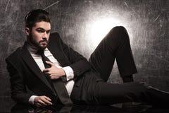 Uomo barbuto sexy di affari che tiene il suo legame Fotografia Stock Libera da Diritti