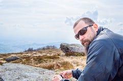 Uomo barbuto sopra la montagna Immagini Stock