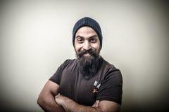 Uomo barbuto sorridente con il cappuccio Fotografie Stock