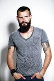 Uomo barbuto tatuato Fotografie Stock